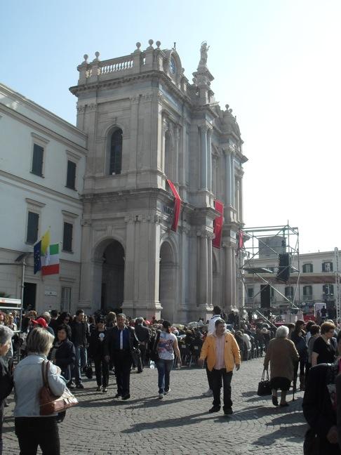 Przed sanktuarium różańcowym w Pompejach