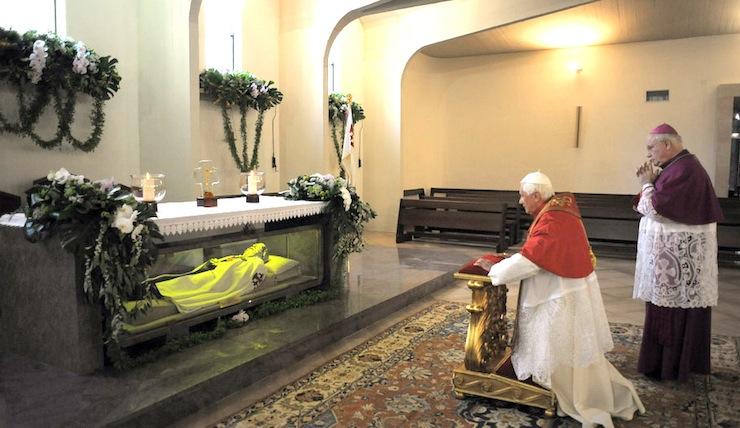 Benedykt XVI w Pompejach przed grobem bł. Bartola Longo